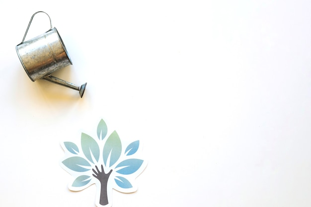 Annaffiatoio sopra l'albero di carta