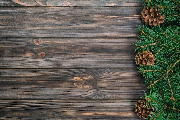 Annata di natale, legno grigio con la struttura dell'albero di abete e coni, spazio vuoto di vista superiore