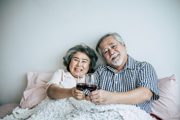 Anniversario delle coppie anziane nella stanza della base