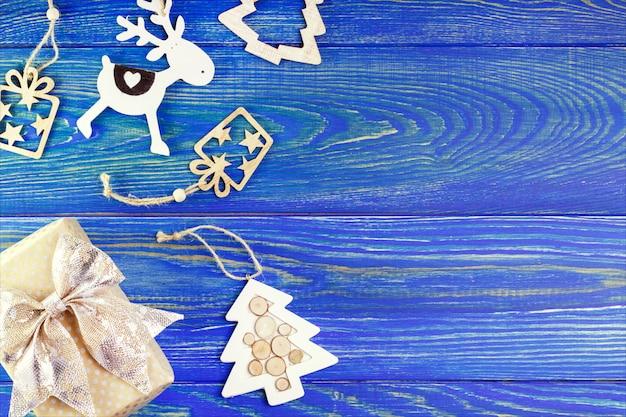Anno nuovo, decorazione di natale sul tavolo di legno con copyspace. confezione regalo e decorazioni per auguri.