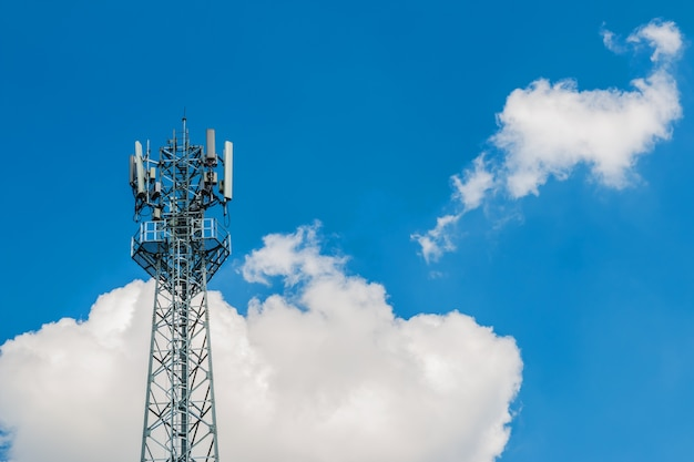 Antenna della torre del telefono con il fondo della nuvola e del cielo blu
