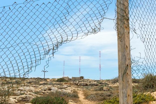 Antenna in metallo dietro il recinto