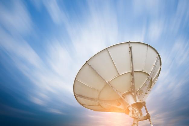 Antenne paraboliche satellitari sotto il cielo