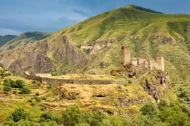 Antica fortezza nelle montagne della georgia