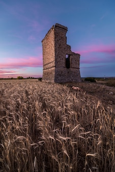 Antica fortificazione in rovina all'alba