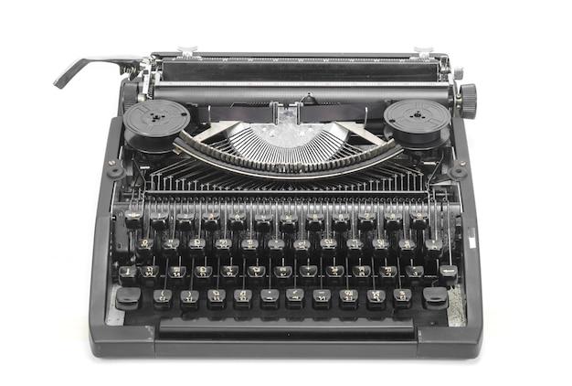 Antica macchina da scrivere contro uno sfondo bianco fresco.