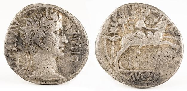 Antica moneta romana in argento denario dell'imperatore augusto.