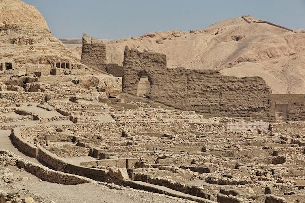 Antica necropoli valle degli artigiani a luxor, in egitto