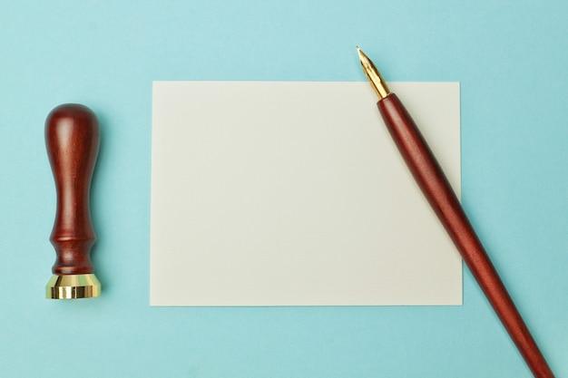 Antica penna di legno per inchiostro e carta per la scrittura.