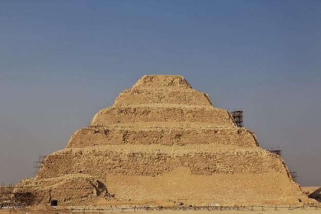 Antica piramide di sakkara nel deserto dell'egitto
