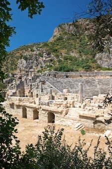 Antiche tombe scavate nella roccia a myra, demre, turchia