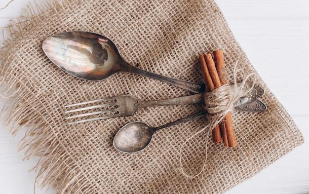 Antichi cutlery.old cucchiai d'argento e forchette su sfondo di legno