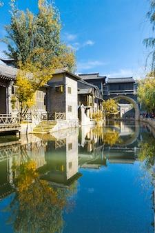 Antichi edifici della città, ci sono laghi e ponti in pietra, in cina