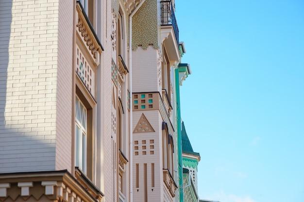 Antico edificio architettonico con balconi nella via della città