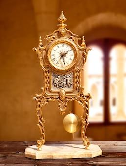 Antico orologio a pendolo vintage in ottone dorato