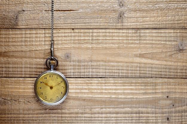 Antico orologio da tasca su legno