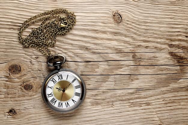 Antico orologio su legno