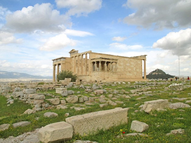 Antico tempio greco di eretteo con le famose colonne cariatide, acropoli di atene, grecia