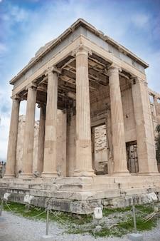 Antico tempio greco di eretteo o eretteo dedicato ad atena e poseidone
