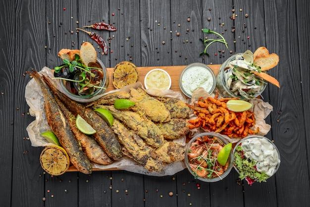 Antipasti di pesce assortiti, pesce fritto, cozze e gamberi