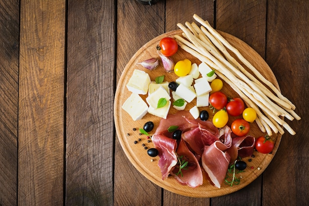 Antipasto di carne su un piatto
