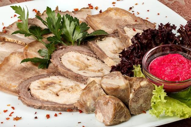 Antipasto freddo di prodotti a base di carne con rafano