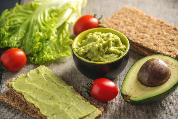Antipasto freddo messicano a base di polpa di avocado passata con pane e verdure