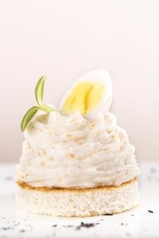 Antipasto fresco con insalata di capriolo, su pane tostato, decorato con limone verde e affettato