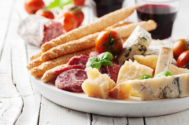 Antipasto italiano con formaggio e salsiccia