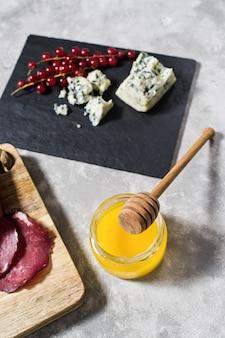 Antipasto italiano con prosciutto, salame, parmigiano, brie e gorgonzola, miele.