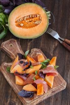 Antipasto, melone con jamon e basilico