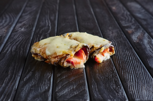 Antipasto per la ricezione. melanzane ripiene di pancetta, prosciutto, cipolla condita con formaggio fuso