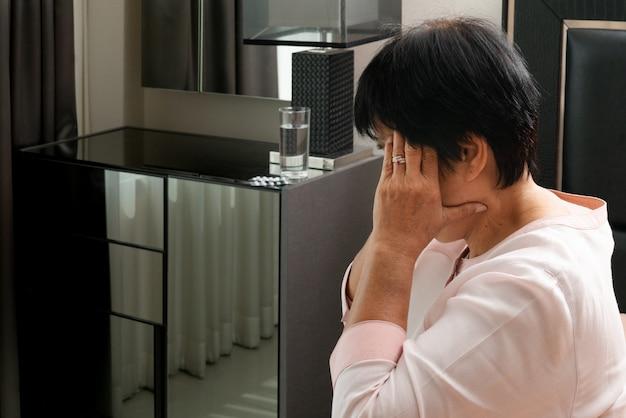 Anziana che soffre di mal di testa, stress, emicrania, concetto di problema di salute