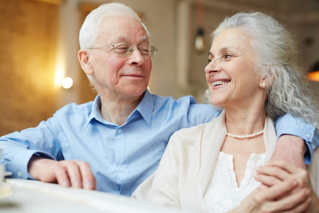 Anziani affettuosi