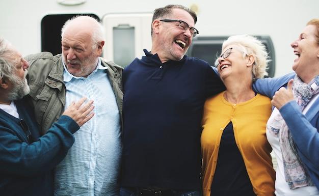 Anziani allegri che si divertono