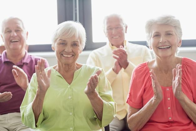 Anziani battendo le mani