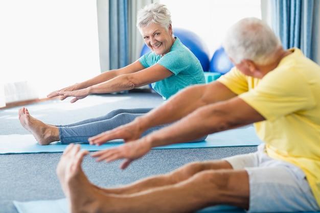 Anziani che allungano le gambe