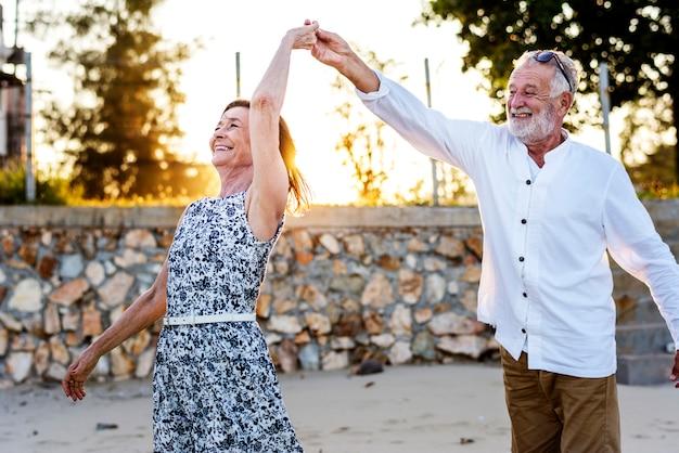 Anziani che godono di una spiaggia tropicale