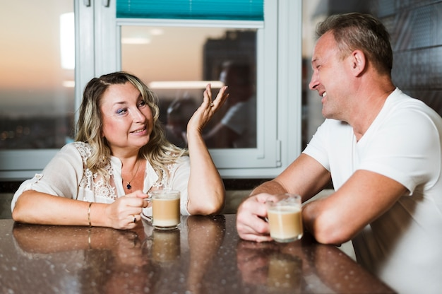 Anziani che hanno una conversazione in cucina