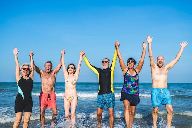 Anziani che si divertono in spiaggia