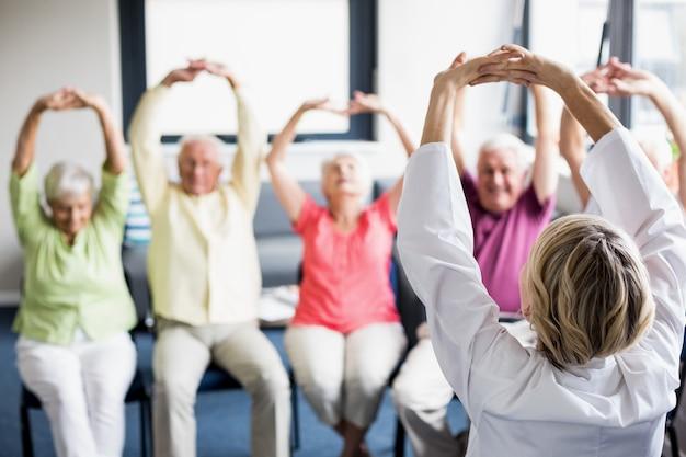 Anziani facendo esercizi