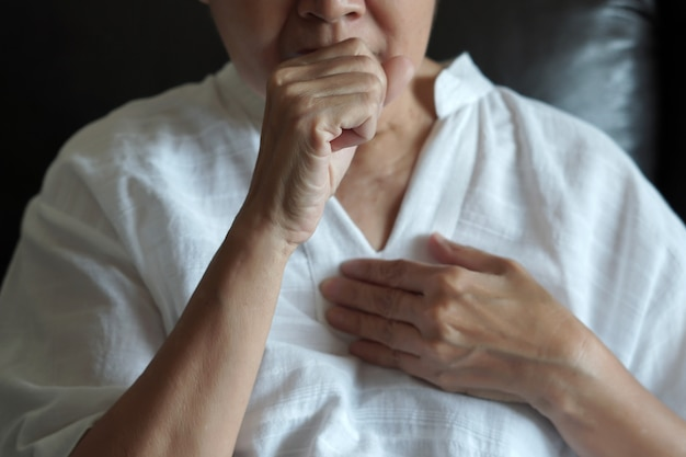 Anziani femminili mal di gola