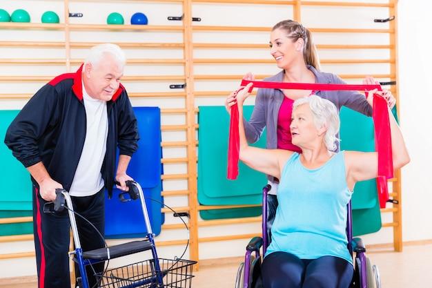 Anziani in terapia di riabilitazione fisica