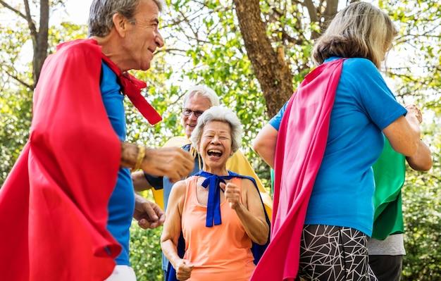 Anziani infantili che indossano costumi da supereroe