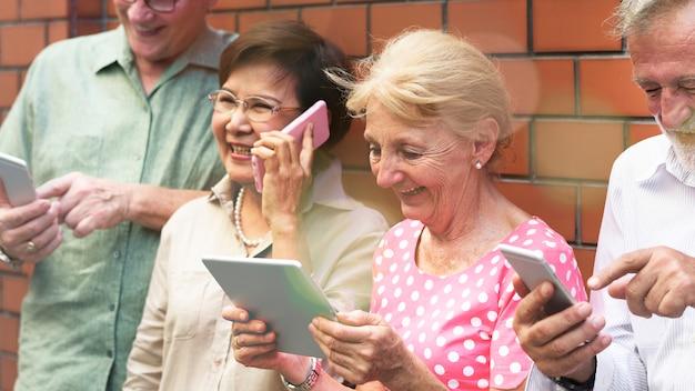 Anziani sui social media