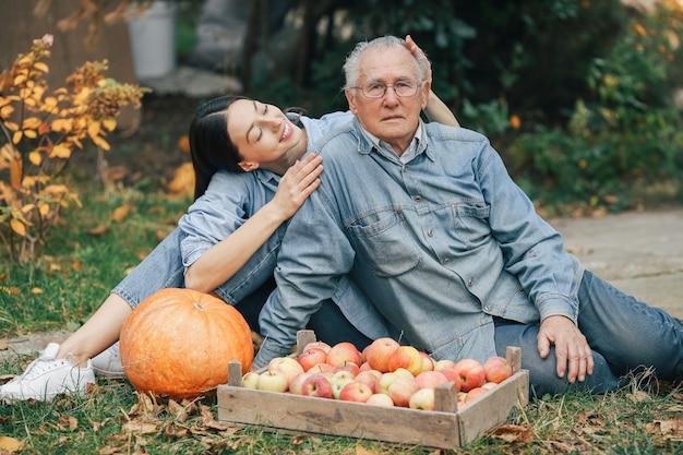Anziano anziano in un giardino di estate con la nipote