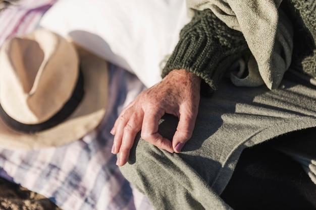 Anziano che mostra gesto giusto