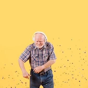 Anziano dell'angolo alto divertendosi a casa
