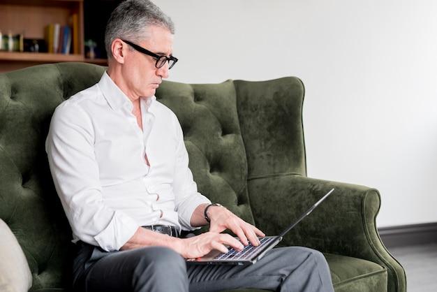 Anziano, uomo affari, laptop