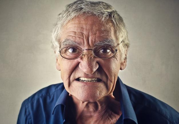 Anziano uomo arrabbiato